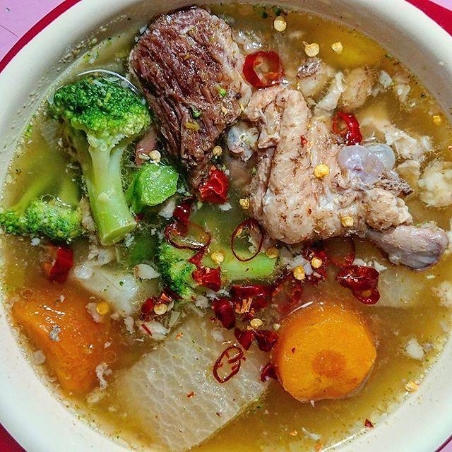 (^_^)/おはよー 今日はグリーンカレーペースト+鷹の爪入りの辛い辛いコラーゲンスープです✨ ※スープは牛すじと鶏手羽と野菜を圧力鍋で煮込んだものです。 ・ ・ #朝食宮ありさ #朝食 #朝ごはん #朝御飯 #朝ご飯 #汁 #スープ #soup #モーニング #goodmorning #肉 #チキンスープ #chickensoup