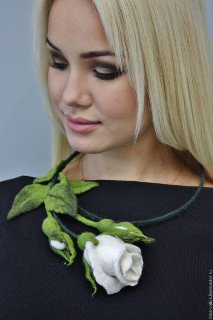 Купить или заказать Колье ' Белая роза'( валяние) в интернет-магазине на Ярмарке Мастеров. Милые модницы, если Вы любите выделяться из толпы и привлекать взгляды окружающих, то эта страничка для Вас. Здесь Вы можете подобрать эксклюзивное украшение для себя и близких. Ручная, авторская работа. Возможно выполнить в любой цветовой гамме, под Ваш наряд и настроение Отправление почтой оплачивается отдельно. Чудесный свежий аромат, Влечет своим благоуханием.