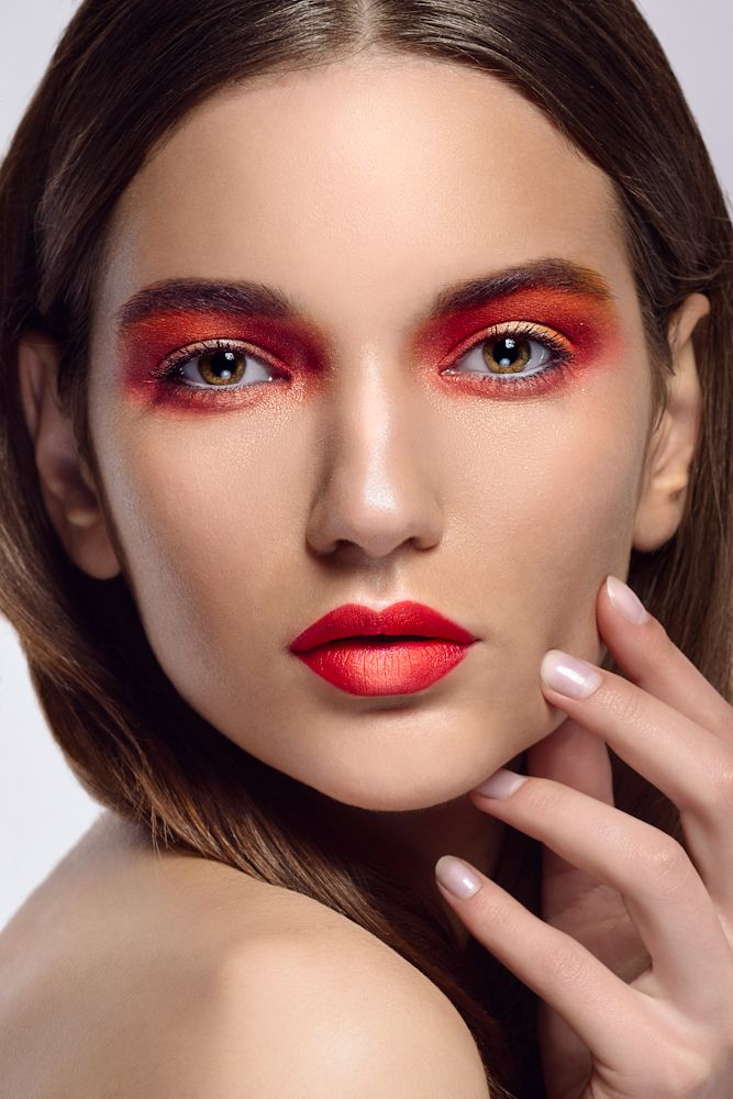 Rode oogschaduw / Rode lipstick
