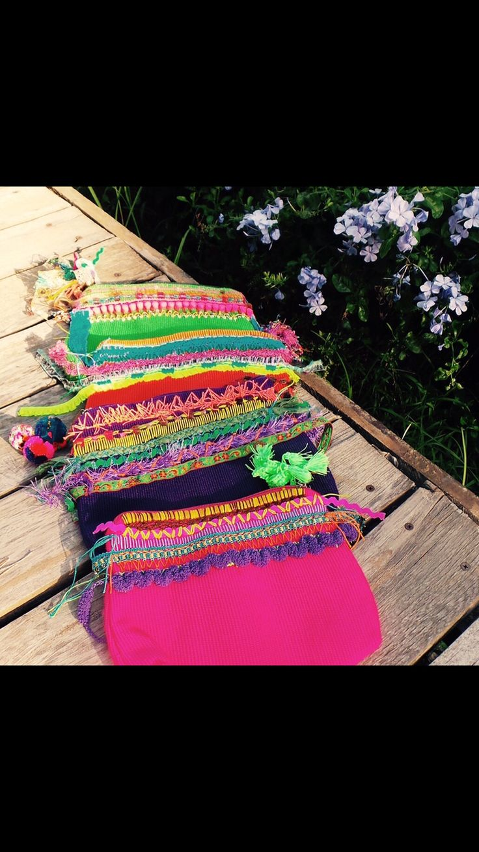 Cosmetiqueras hechas en telar y bordadas a mano.