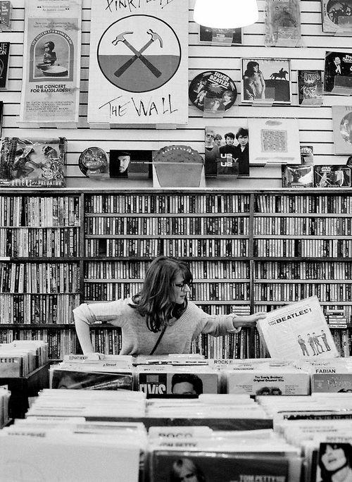 I miss my records :( First world problems for reals! Me vuelvo loco en una tienda asi como Amoeba en San Francisco, dias enteros escojiendo discos de vinilos, 8-Tracks, reel to reel, etc...
