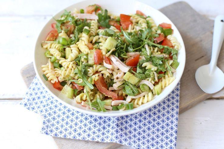 Zin in een lekkere zomerse pastasalade? Maak dan eens deze variant met onder andere pesto, rucola en komkommer. Super lekker en binnen 20 minuten klaar!