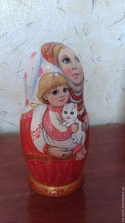 Купить или заказать Красный сарафан и белый котик в интернет-магазине на Ярмарке Мастеров. Матрешка пятиместная.выполнена в бело-красной гамме,смотрится очень ярко и радостно!кокошники с золотой паталью...Здесь представлена одна из любимых моих тем 'мать и детя'.Что может быть важнее в жизни чем продолжение рода!? .
