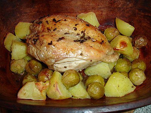 Hähnchen mit Kartoffeln und Rosenkohl im Römertopf, ein raffiniertes Rezept aus der Kategorie Römertopf.