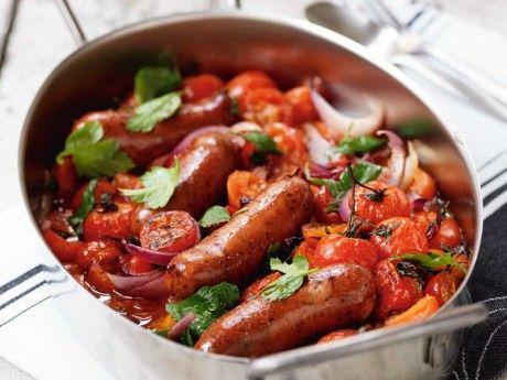 Kryddiga korvar på  lök- och tomatbädd