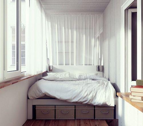 двуспальная кровать на балконе