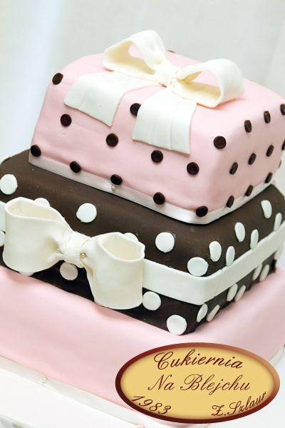 Tort weselny w grochy, tort weselny różowo brązowy, białe groszki, weselna kokarda, weselny tort z kokardą
