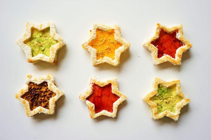 Hoe leuk zien deze kerst sandwiches er uit? Heerlijk getoast witbrood in sterretjes vorm, feestelijker kan het niet. Je kunt ze beleggen met alles wat je lekker lijkt. Wij hebben gekozen voor avocado, aardbeienjam, kaas en pindakaas met hagelslag. Deze kleuren geven een extra feestelijke look. Groen, geel, rood zijn echt de kleuren van Kerst....