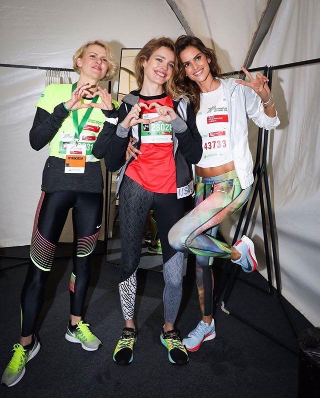 """A top @izabelgoulart está em Moscou para apoiar corrida """"Running Hearts"""" um projeto da Nike com Natalia Vodianova para arrecadar fundos para a fundação """"Naked Heart"""" que presta assistência a crianças com dificuldades de desenvolvimento. Esta é a primeira corrida beneficente digital: basta instalar o aplicativo NikeRun e se inscrever em http://ift.tt/2r1W1aM para se juntar a Running Hearts e fazer a sua contribuição remota. Cada km registrado pelo aplicativo será convertido a 50 rubles (moeda…"""