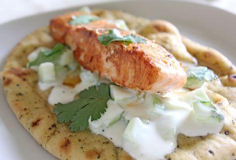 Salmón a la plancha con salsa de yogur y pepino , Esta receta de salmón a la plancha es una receta saludable ideal para cualquier cena o comida rápida. Va acompañada de salsa de yogur y pepino.