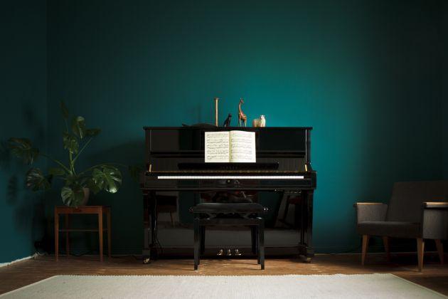 Black piano, dark turquoise walls, old wood floor, colors, wood house, renovation - Musta piano, tumma turkoosi seinä, vanha puutalo