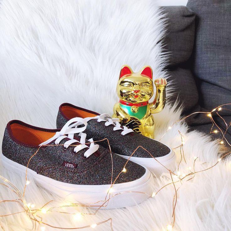 Vans à paillettes et petit chat chinois porte-bonheur pour mettre du glamour dans le quotidien !