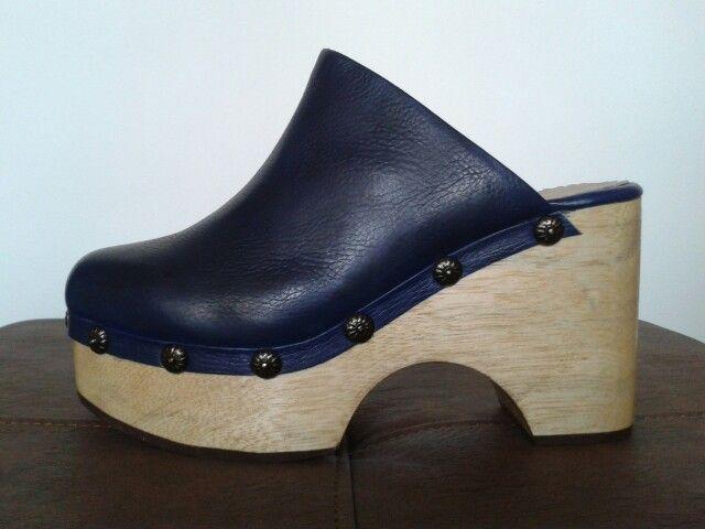 Sueco en cuero azul y suela en madera,,,,,, sueco tradicional,