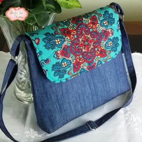 ad1bf45e005 Com um amplo espaço interno, esta linda bolsa transversal em tecido ...