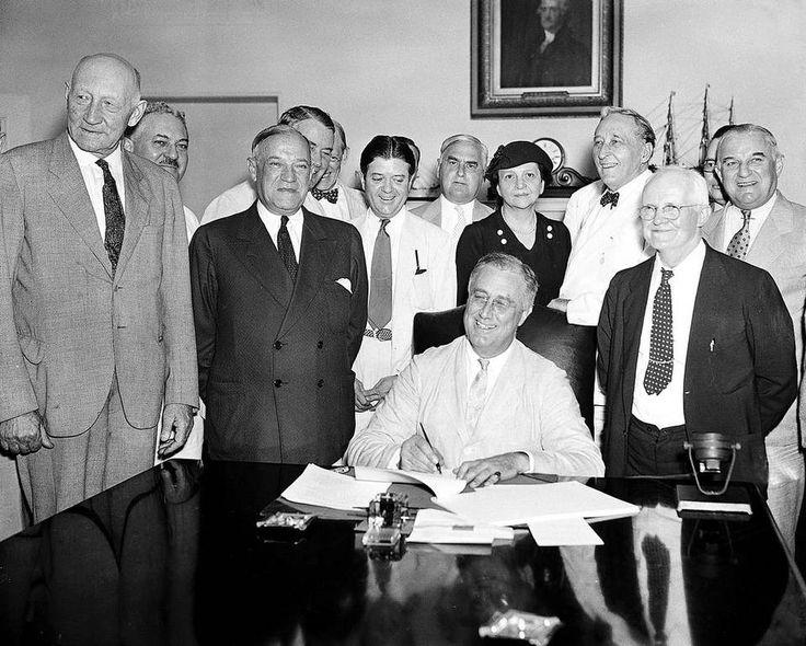 El Presidente Franklin D. Roosevelt firma la Ley de Seguridad Social, en Washington, el 14 de agosto de 1935.