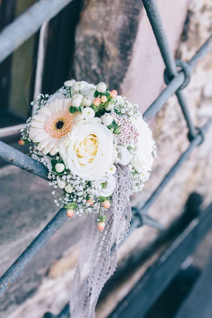 Brautstrauß in hellen Farben mit Gerbera.   Foto: Franka & Thomas Photographie
