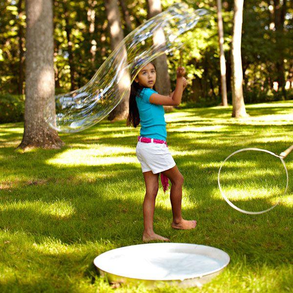 Ótima ideia para o fim de semana: que tal levar o filhote para um parque e brincar de bolhas de sabão? Eu não conheço uma criança que deixe de se divertir com essa brincadeira! A dica de hoje é sobre como tornar as bolhas de sabão mais resistentes (e com isso conseguir fazer bolhas bem maiores, usando até mesmo uma bambolê!). O que você vai precisar: - 1 copo de água - 1 copo de detergente - meio copo de xarope de milho (uma das marcas mais conhecidas é o Karo) Misture os ingredientes nessa…