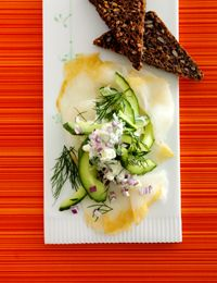 Røget hellefisk med salat og ristet rugbrød