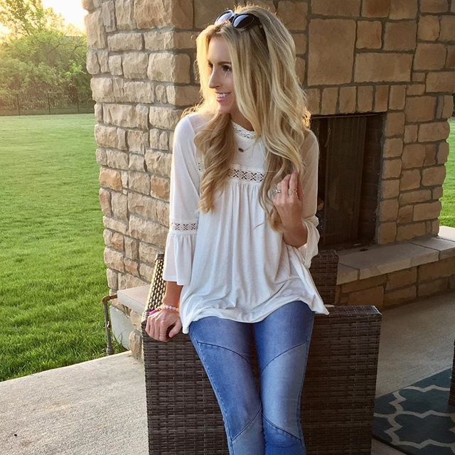 Oh this weather!!! Let's just live on the porch as long as possible. Anyone else buy their house based on the back porch and yard?? 🙋🏼• This outfit is as comfy as it is cute - I had several people stop me today asking where I got my jeans and/or top. The Indie shirt is in stock now and the jeans hit the site on Thursday! 🙌🏼☺️😘 #piperstreet #piperstreetshop