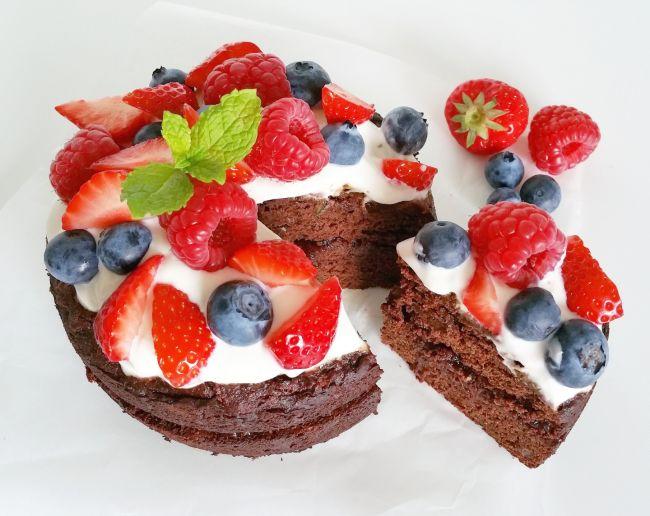 Glutenvrije chocolade dadeltaart met bosbessen en aardbeien! - * Healthyfoodie *