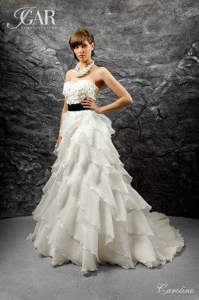 Falbaniasta suknia ślubna