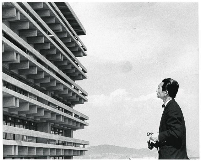 カメラを手に竣工当時の香川県庁舎と対峙する丹下 1958 年頃撮影 撮影者不明 #Art #Design #Architecture #丹下健三 #建築