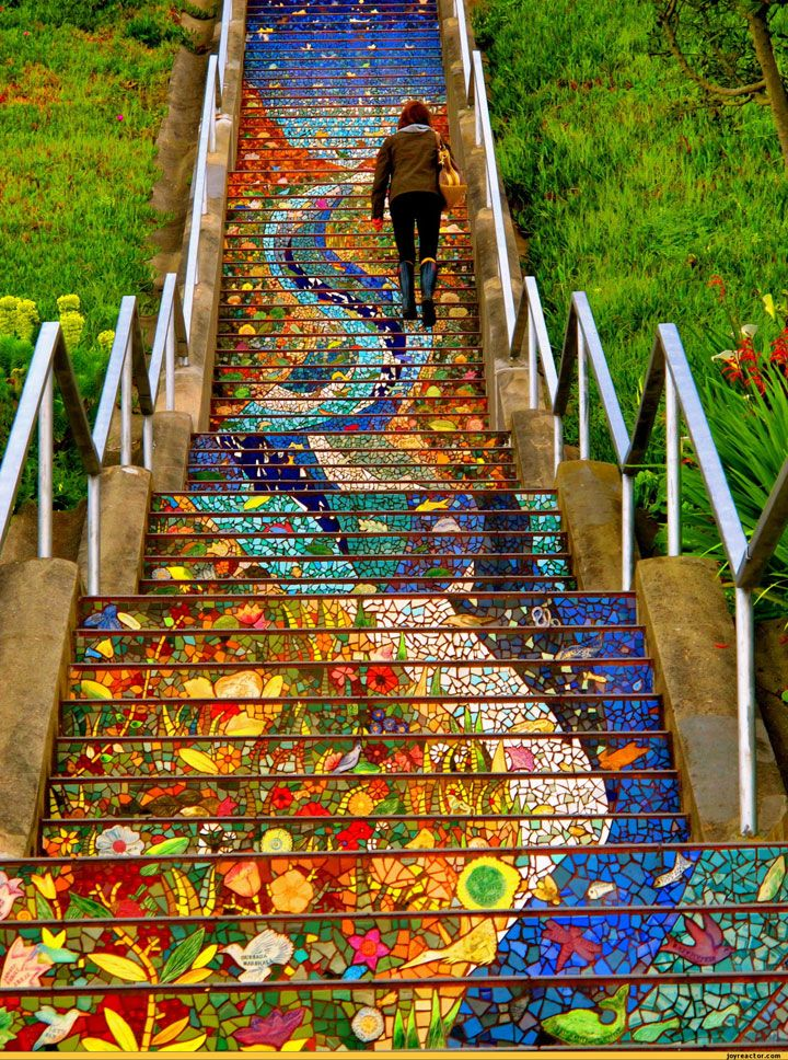 Quand on parle de street art, on s'imagine souvent des fresques imposantes sur des murs. Mais il n'y a pas que les édifices qui sont l'objet de cet art urbain, les marches d'escalier peuvent également profiter de l'inspiration de certains artistes ! DGS vous a dégoté 1...