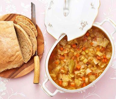 Ibland måste man koka soppa på en spik - eller kål. I 40-talets Sverige hade man inte alltid så många råvaror att välja på, men vitkål, potatis och morötter hade de flesta tillgång till. Trots sin enkelhet är detta en god och hälsosam soppa som dessutom är en hit för hushållskassan. Servera gärna soppan med potatisbröd.