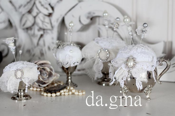 ..süßes Nadelkissen im antiken versilberten Chippendale-Milchkännchen..   Das Nadel-Kissen aus weißem Laken und mit antiker Spitze, Perlen, Strass, alten Knöpfen gefertigt und drei dekorativen...