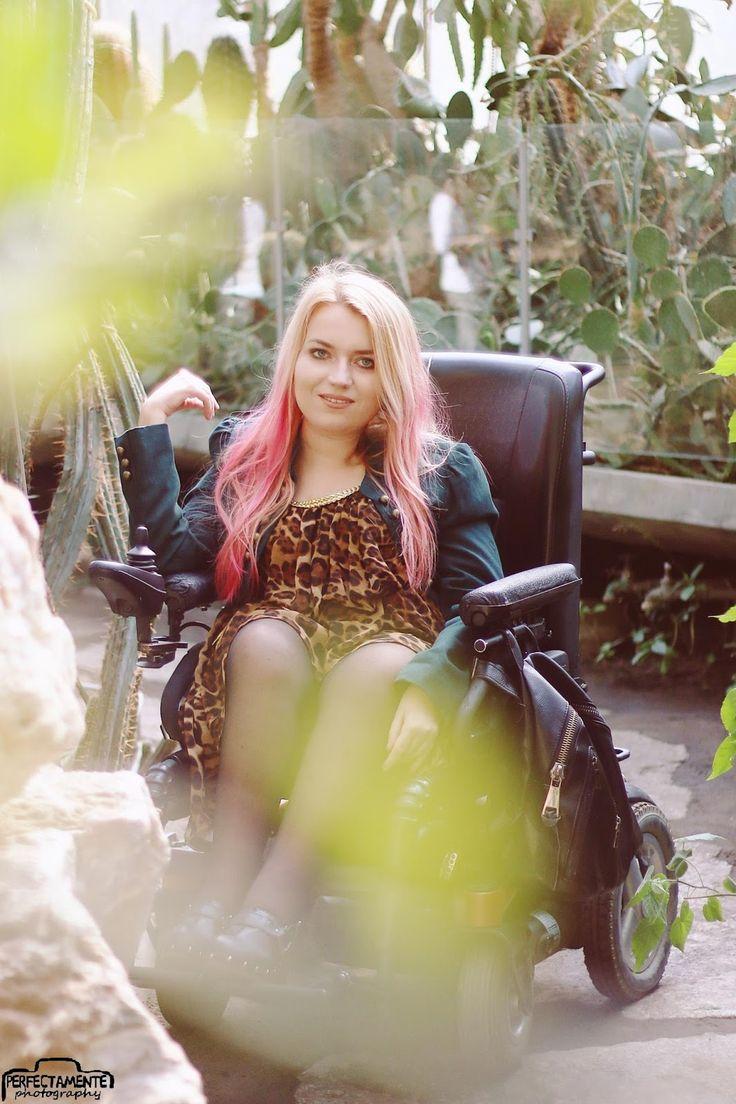 Blog modowy, Sylwia Błach. Sukienka w panterkę. #ootd #sexyoutfit #outfit #wheelchairmodel #model #polishgirl #pinkhair #ombrehair #pink #blondegirl #stylizacja #moda #modnastylizacja #blogmodowy