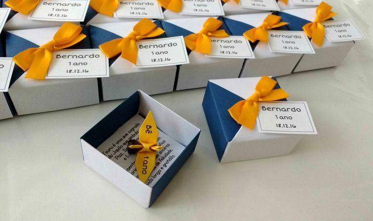 * Ímã de tsuru de origami com impressão na asa.  * O cliente escolhe o que será impresso na asa do tsuru.  * Acompanha caixinha de origami com cores a escolher, tag com nome e data do evento e dentro da caixinha uma mensagem (frase) a escolher.  * A caixinha tem 5 cm de comprimento, 5 cm de largu...