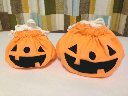 ※10月11日:「大」の型紙の端が欠けてしまう部分等を修正しました。 ※10月14日:工程7を修正しました。 ハロウィンのお菓子を入れる袋(巾着)です。こちらは裏地ありのレシピです。 6枚はぎと底のギャザーでかぼちゃの丸みを作っています。 型紙は小と大があります。 顔はフェルトのパーツを貼るだけなので、色々な表情が作れます。 ★広げた状態での大きさ(単位cm) 小:円の直径約15×高さ約10 大:同約17×約13 ※材料は1個分です。 ※型紙を保存・印刷後、[5cm] の長さを確認して下さい。