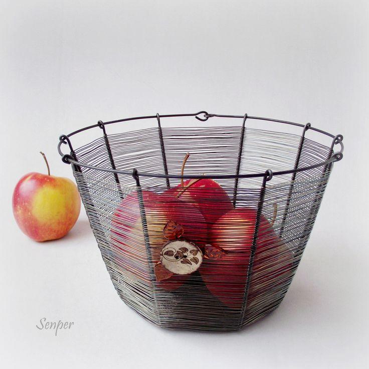 S knoflíkem Drátovaný oválný košík z černého žíhaného drátu. Koš je dozdoben medovými skleněnými lístky a kokosovým knoflíkem. Košík můžete používat na ovoce, ořechy nebo sladkosti. Fantazii se meze nekladou. Tentokráte jsem na koš použila velmi jemný výplet. Rozměry : výška 14 cm, šířka u hrdla cca 21 x 19 cm a u dna cca 15 x 13 cm. ...