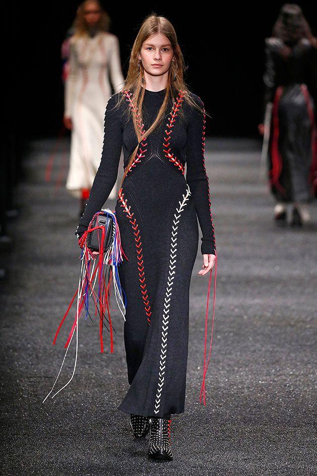 "O poder do feminino, representado pelo paganismo que Sarah Burton foi buscar na Cornualha, lá no ""Reino Unido profundo"", traz poder e sensibilidade pro outono-inverno 2017/18 da Alexander McQueen."