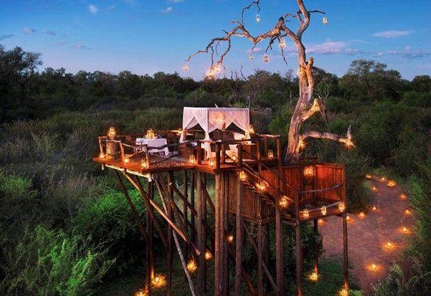 Charmosérrima, a estada na Chalkley Treehouse, a casa da árvore do Kruger Park, é top: Começa no pôr do sol, com jantar à luz de velas, e segue na tenda sob a lua do céu sul-africano e ao som do barulhinho do rio Sabie.