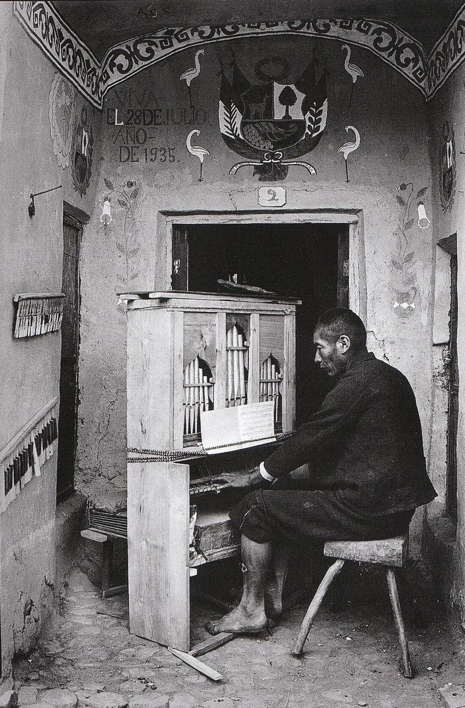 ORGANISTA EN LA CAPILLA DE TINTA, CANCHAS, 1935 Martin Chambi