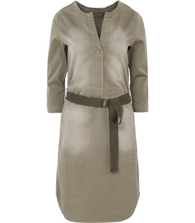Stoere olijfkleurige jurk. De wassing zorgt voor een casual look en een gedragen feel. De jurk is voorzien van een riempje wat zorgt voor een speelse twist. Combineer ze met gympen voor een casual look.
