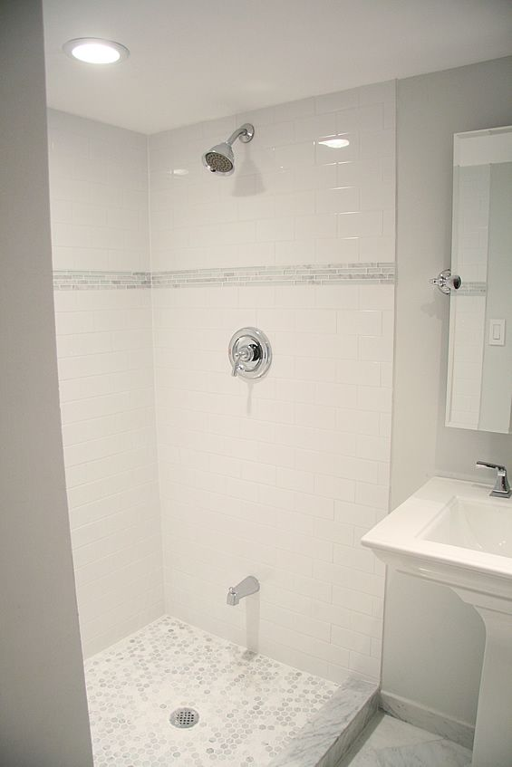 I so want a shower just like this! I love the tub spout down lower (although I would put it out of the way of my shins . . . ), and I love the white tile w/ glass accents, and the hex floor . . . sigh . . .