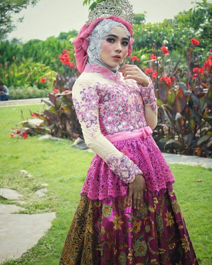 Nuansa Seru Saat Pemotretan Kebaya Eksklusif Bersama;  Model: @salmahhaddad MUA: @Ainuncholifatul  Photo: @mahapataphotography