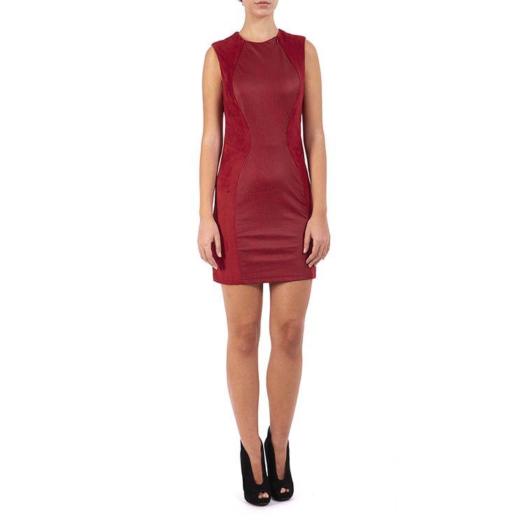 Εφαρμοστό κόκκινο μίνι φόρεμα με δερμάτινη λεπτομέρεια και φερμουάρ στο λαιμό. Συνδυάστε το με ψηλοτάκουνα μποτάκια και τραβήξτε τα βλέμματα πάνω σας.