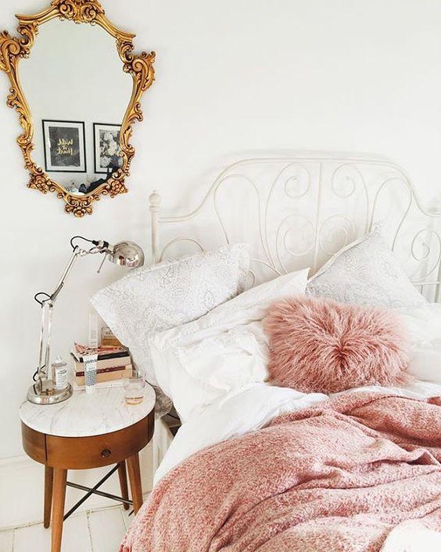 Combinación perfecta para un look muy Chic : rosa + dorado. Y un espejo que quita el aliento! www.anticandchic.es > shop > objetos y decoración > espejos ( Via Katelavie.com)