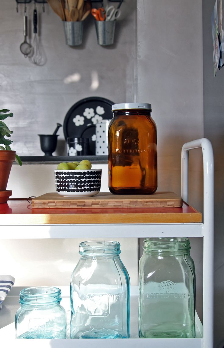 Keittiö, tarjoilukärry, Riihimäen lasitölkkejä, ruskea, vihreä. Kitchen, serving trolley, glass jars. Marimekko Oiva Siirtolapuutarha bowl.