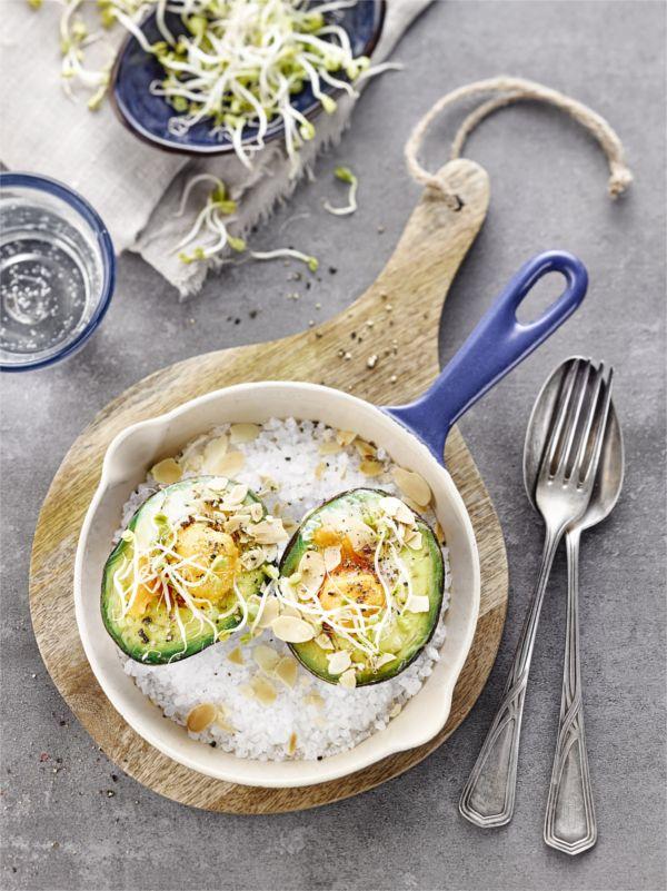 Mit Ei überbacken wird Avocado zur leckeren Zwischenmahlzeit oder einem ausgewogenen warmen Frühstück! #avocado #ei #frühstück #edeka