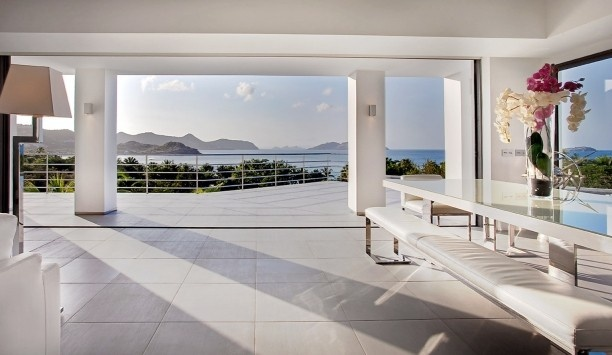 Villa Avenstar: The indoor dining room has a high-gloss table and pool and ocean views.