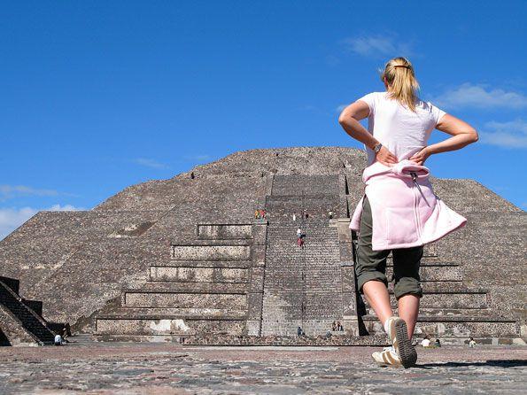 Op zo'n 50 kilometer van Mexico-stad liggen de piramides van Teotihuacán. De resten van de grandeur van haar glorietijd doen vermoeden dat dit een van de eerste wereldsteden op aarde moet zijn geweest. Niet voor niets staat de plek dan ook bekend als de 'Stad der Goden'.