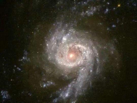 》Die Spiralgalaxie NGC 3310 befindet sich im Sternbild Wasserschlange. Sie ist ein Ort, in dem viele Sterne entstehen und ist vermutlich vor etwa hundert Millionen Jahren durch den Zusammenstoß zweier Galaxien entstanden.《