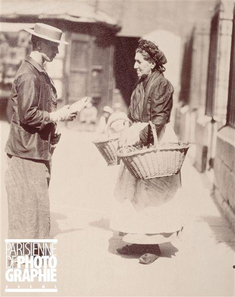 Marchande de poisson , Paris, 1899. Photographie d'Eugène Atget (1857-1927). Paris, musée Carnavalet.