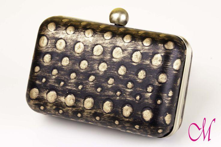 Bolso clutch en dorado viejo con piel negra con topos dorados envejecida. www.monetatelier.com
