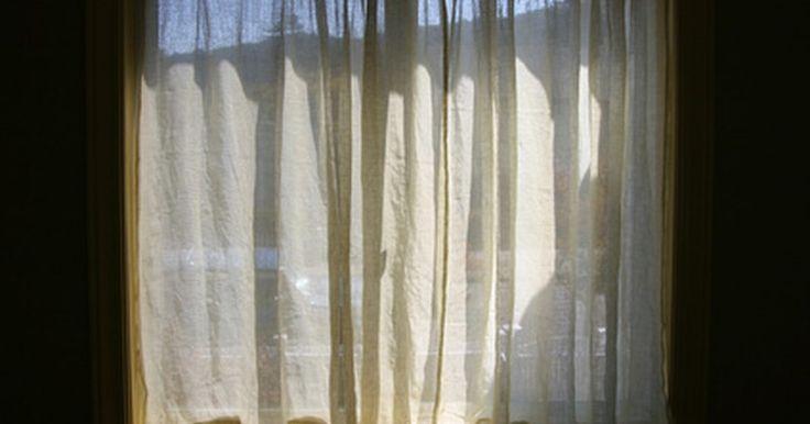Como fazer cortinas para a sua casa. Pode ser difícil encontrar cortinas que caibam bem em suas janelas e combinem com a decoração da sua casa. Fazer suas próprias cortinas é mais barato que comprá-las em uma loja, e até mesmo uma costureira iniciante pode fazê-las. É possível fazer cortinas sem forro com pregas usando alguns materiais básicos. Cortinas sem forro podem ser uma opção ...
