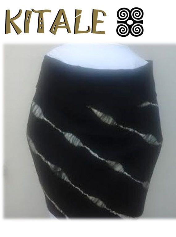 Echarpe negro realizado en fieltro nuno, con aplicaciones blancas en lana.